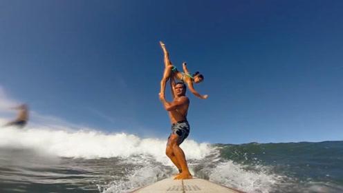 真会玩!国外男子将女友举在半空中挑战冲浪