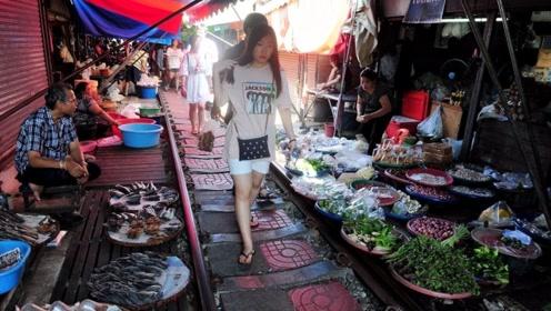 泰国人都不吃饭的吗?到饭点也不见有人家做饭,却待在菜市场里!