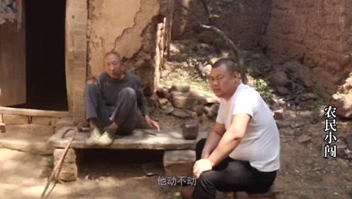 农村小伙给老人做饭老人却不吃。小伙很无奈。看完后让人痛心