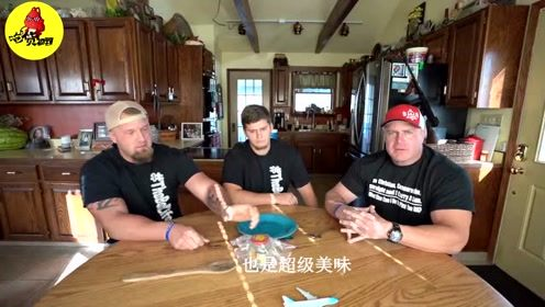 作死三兄弟品尝中国臭豆腐,入口的瞬间,三个老外傻眼了