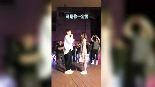 帅哥在街头深情对美女唱歌,这一刻把美女给感动了!