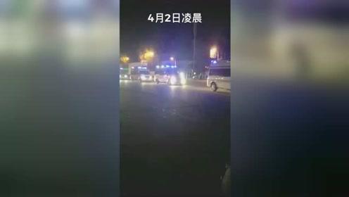 痛心!30名救火英雄遗体深夜运抵西昌,市民自发送别。再看...