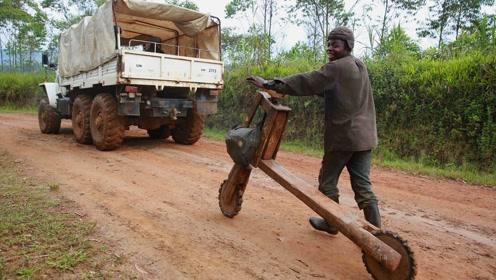 非洲人用木头制作而成的自行车,到底能不能正常的使用呢?