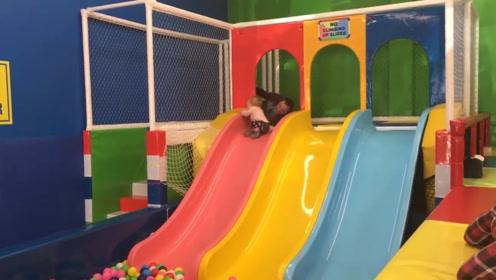 1岁宝宝玩滑梯,没想到爸爸的做法,宝宝直接就吓惨了