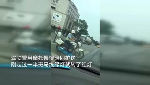 残疾老人柱双拐艰难过马路 协警驾警用摩托慢慢陪同护送