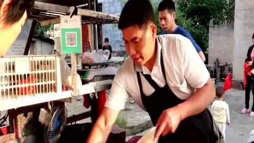 为什么有的肉贩子,拿着一块布在猪肉上擦来擦去?内行人说出隐情