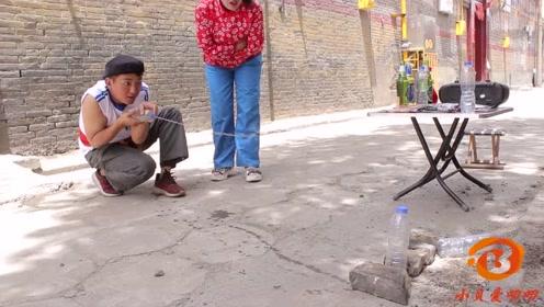 美女摆打靶游戏,打倒三个水瓶奖品随便拿,没想遇上高手赔了钱