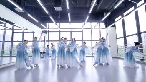 蓝白色系好清新!美女演绎中国舞《梁间燕》送清凉