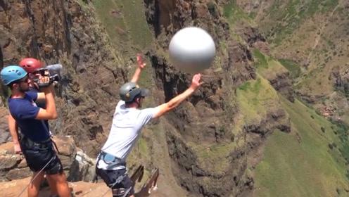将一个大皮球,从200米的大峡谷上丢下去,直接上演回旋大漂移