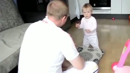 爸爸教育小宝宝,接下来被宝宝用手指着,硬气回怼:你别说话