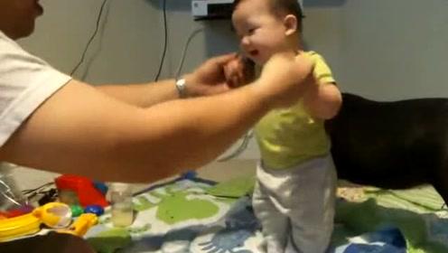 小宝宝在爸爸的帮助下站起来,接下来小宝宝的反应太可爱了!