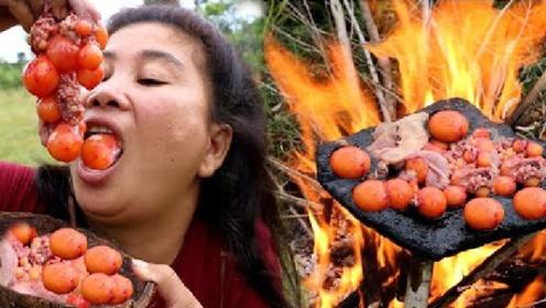 荒野美食,石板烧蛋胞,大姐拿起就吃,吃得津津有味