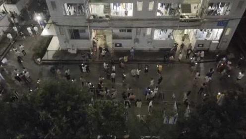 宜宾地震,成都一高校整栋寝室楼都跑下楼,有女生折回拿手机
