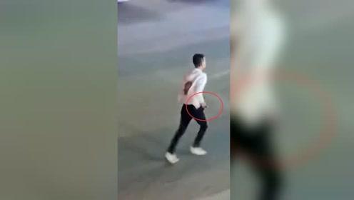 吓人!大庆街头男子持刀伤人 致2人当场死亡