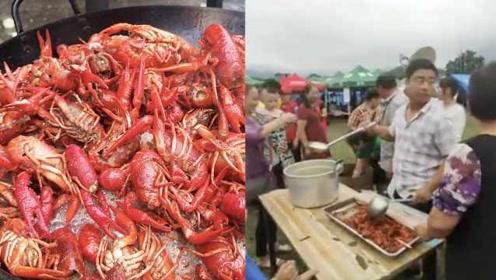 直击震后安置点:饭店老板炒300只小龙虾送灾民,众人排队领