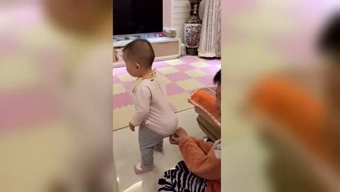 妈妈,这是给哥哥生了个大玩具吗 哥哥陪弟弟玩