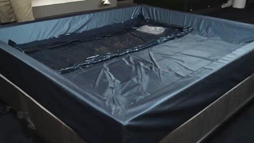 老外自己做了个水床,舒服的无法想象,老外:无形的力量在推动
