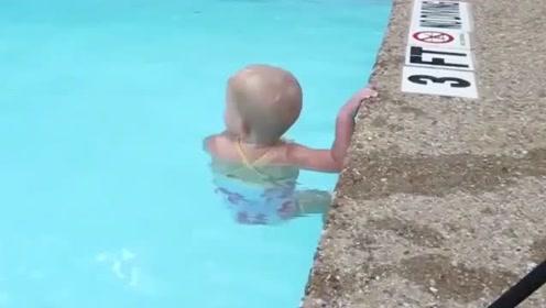 妈妈一声令下,小宝宝开始游泳,游来游去活泼的就像小鱼儿一样!