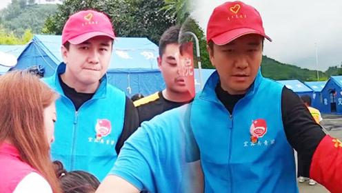 翟天临现身四川宜宾 戴红帽子穿蓝背心为灾民发放物资