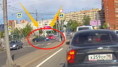 """奔驰极速过路口,小车惨遭45度冲撞!奔驰车主竟说""""有急事""""!"""