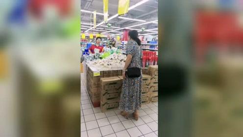老公前妻在超市当促销员