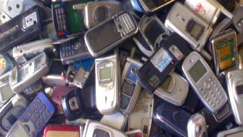 """回收的旧手机是用来提炼""""黄金""""的吗?老大爷无意道出实情"""