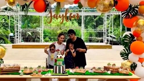 周杰伦昆凌为爱子庆两岁生日,一家四口罕见同框儿子像妈女儿像爸