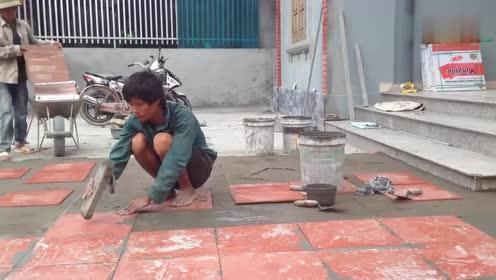 越南工人这样给地面铺瓷砖,看起来相当平整,技术应该不错