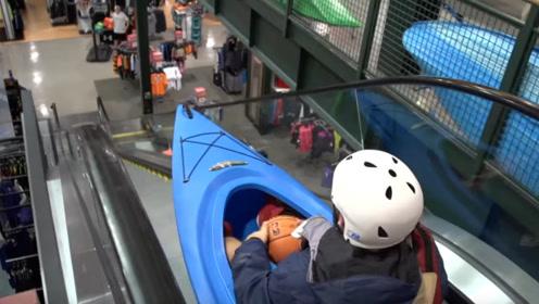 作死挑战,手扶电梯玩速降,男子坐皮艇一冲而下