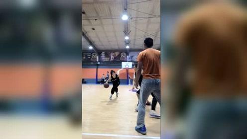 小峰体育:加油艾林小姐姐,你打球这么厉害的么?