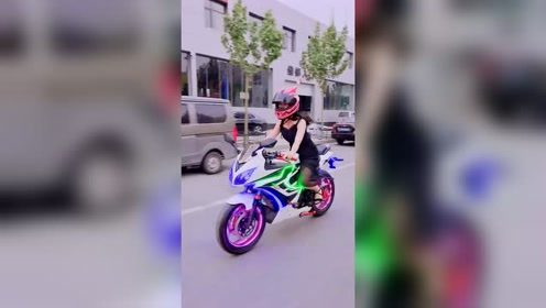 最服妹子骑摩托车的样子,看她穿的衣服就知道很凉快!