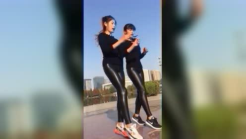 两个穿皮裤的小姐姐跳广场舞,这跳得真有节奏,赞!