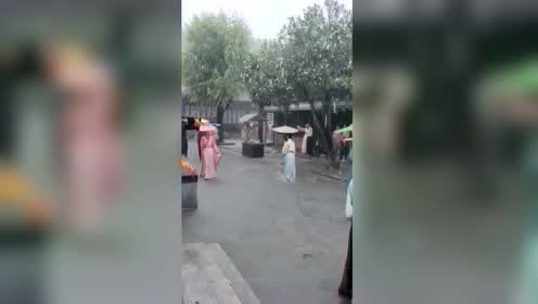 下雨太天还在怕拍戏,辛苦了群演们