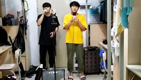 俩男生宿舍对唱《凉凉》把宿管阿姨吓到了,怎么还有女孩子的声音!