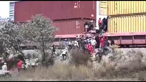 墨西哥村民逼停货运火车冲进去抢劫,武装警察无可奈何