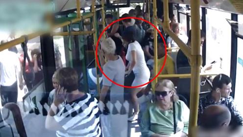 婴儿坠下公交摔伤,母亲咬定司机全责,警方调监控后她哑口无言