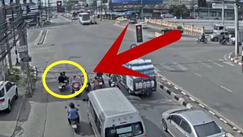 两男子骑电动车作死转弯闯红灯,直接被公交车撞击碾压