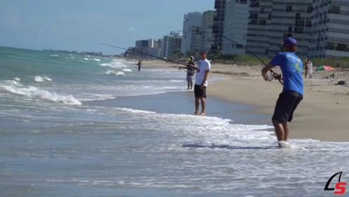 几名男子来海边度假,拿着鱼竿在钓鱼,真悠闲!