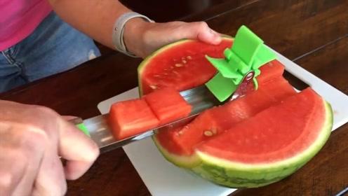 老外发明切西瓜神器,一刀下去后,网友笑了:试试中国的