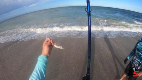 几个小伙伴一起海边钓鱼,男子手上拿着鱼钩,有趣!