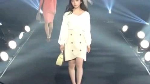 日本小姐妹时装秀 洁白的颜色配美丽的容颜甜魅十足