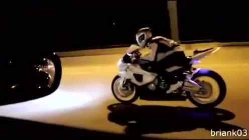 宝马S1000RR深夜极速狂飙,当他趴下的那一刻小车已经输了