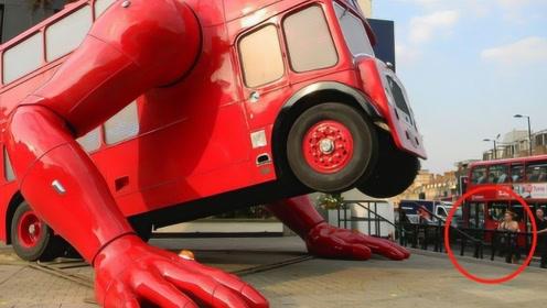 """一辆爱运动的公交,拥有惊人的""""麒麟臂"""",做俯卧撑引游客围观!"""