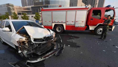消防车执行任务期间撞了豪车,被要求赔偿豪车车主,你怎么看?