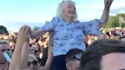 """82岁硬核奶奶参加音乐节 坐在小伙儿肩上疯狂""""蹦迪"""""""