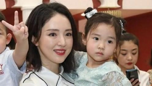 董璇带女儿出席餐厅开业典礼,小酒窝酷似父亲高云翔