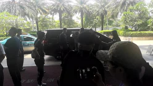 李宇春抵达酒店 着装粉色手捧鲜花下车