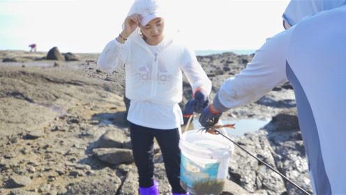 小伙带美女一家抓螃蟹 晚上又有海鲜大餐