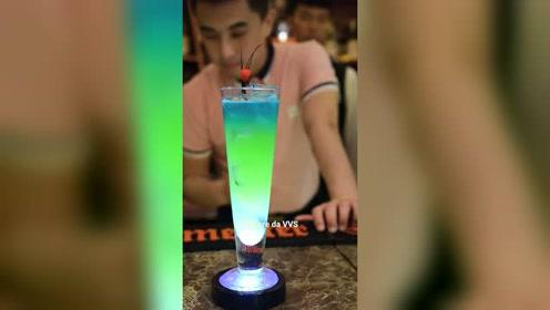 夏日里饮品师制作一杯清凉绿色的冰凉饮品