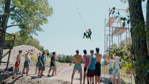 那个极限达人又来了!在150米的高空,走完了15米的钢丝!